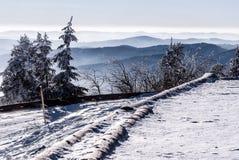 Panorama de la montaña del invierno con el camino nevado de la colina del hora de Lysa en las montañas de Moravskoslezske Beskydy Fotografía de archivo