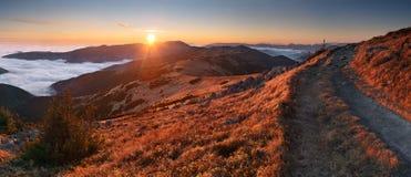 Panorama de la montaña en la puesta del sol con el camino - Tatras inferior Imágenes de archivo libres de regalías