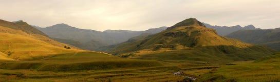 Panorama de la montaña en la salida del sol Imagenes de archivo