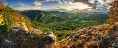 Panorama de la montaña de la primavera con el bosque en la puesta del sol, Eslovaquia Foto de archivo libre de regalías