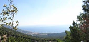 Panorama de la montaña y del mar Foto de archivo