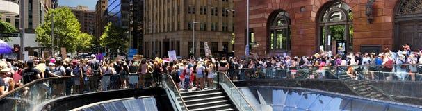 Panorama de la muchedumbre que demuestra la decepción Imagen de archivo libre de regalías