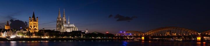 Panorama de la noche de Colonia, Alemania Imagen de archivo libre de regalías