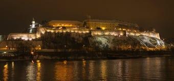 Panorama de la noche de la fortaleza de Petrovaradin en Novi Sad Foto de archivo