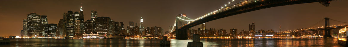 Panorama de la noche de Manhattan Fotos de archivo