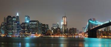 Panorama de la noche de Manhattan con el puente de Brooklyn Foto de archivo