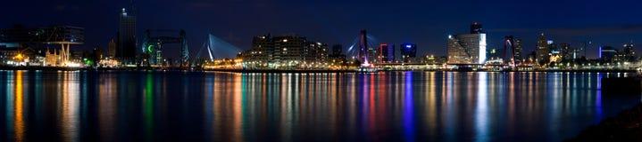 Panorama de la noche de Rotterdam y del río total Imagenes de archivo