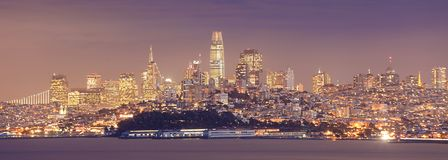 Panorama de la noche del centro de ciudad de San Francisco Imágenes de archivo libres de regalías
