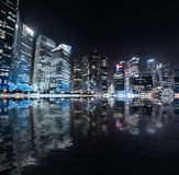 Panorama de la noche del horizonte de Singapur Opinión urbana moderna de la ciudad Foto de archivo libre de regalías