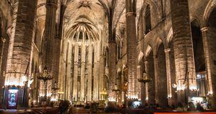 Panorama de la noche dentro de la iglesia gótica de Santa Maria del Mar en el distrito de Ribera de Barcelona, Catal Foto de archivo libre de regalías