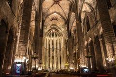 Panorama de la noche dentro de la iglesia gótica de Santa Maria del Mar en el distrito de Ribera de Barcelona, Catal Foto de archivo