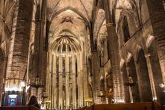 Panorama de la noche dentro de la iglesia gótica de Santa Maria del Mar en el distrito de Ribera de Barcelona, Catal Fotos de archivo libres de regalías