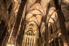 Panorama de la noche dentro de la iglesia gótica de Santa Maria del Mar en el distrito de Ribera de Barcelona, Catal Fotografía de archivo libre de regalías