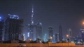 Panorama de la noche Dubai con tráfico y rascacielos Centro de ciudad almacen de metraje de vídeo