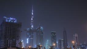 Panorama de la noche Dubai y de rascacielos Centro de ciudad metrajes