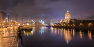 Panorama de la noche que pasa por alto el hotel Ucrania Radisson y Moscú Imagenes de archivo