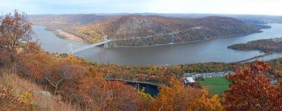 Panorama de la opinión aérea de la montaña del otoño con el puente Imagenes de archivo