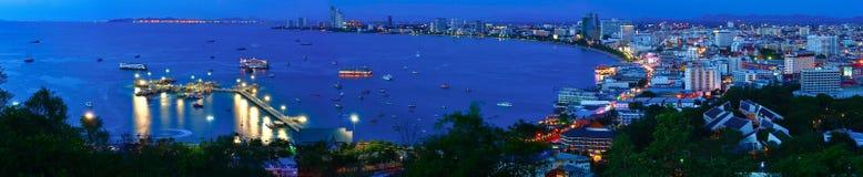 Panorama de la opinión de la noche de la ciudad de Pattaya, Tailandia Foto de archivo libre de regalías