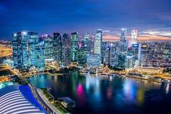 Panorama de la opinión de la noche de la ciudad de Singapur Imágenes de archivo libres de regalías