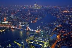 Panorama de la opinión del tejado de Londres en la puesta del sol con arquitecturas urbanas Fotos de archivo libres de regalías