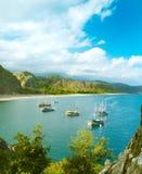 Panorama de la orilla de mar con los barcos de vela imágenes de archivo libres de regalías