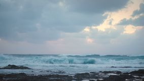 Panorama de la orilla del océano durante el clima tempestuoso melancólico con las ondas fuertes y el cielo dramático metrajes