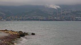 Panorama de la parte industrial de la orilla de mar metrajes