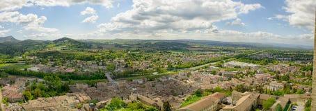 Panorama de la pequeña ciudad de la cresta en el Drome, Francia imagen de archivo libre de regalías