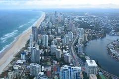 Panorama de la plataforma de observación de Skypoint Paraíso de las personas que practica surf Gold Coast Queensland australia Fotografía de archivo