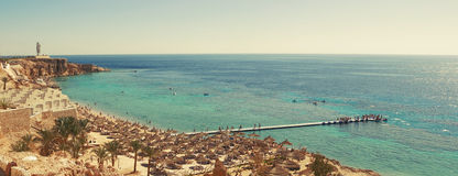 Panorama de la playa asoleada Imagenes de archivo