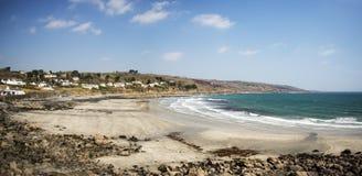 Panorama de la playa Coverack con marea baja Imagen de archivo libre de regalías