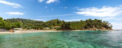 Panorama de la playa de Bahía, Sithonia, Grecia Imagenes de archivo