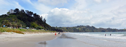Panorama de la playa de Onetangi, isla de Waiheke, Auckland, Nueva Zelanda Fotografía de archivo libre de regalías