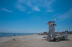Panorama de la playa de Rímini con la presencia del salvavidas Imagenes de archivo