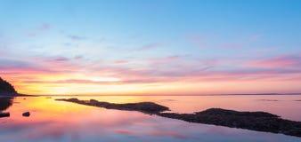 Panorama de la playa del océano en el despuntar del día imágenes de archivo libres de regalías