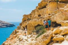 Panorama de la playa de Matala Cuevas en las rocas Imágenes de archivo libres de regalías