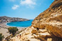 Panorama de la playa de Matala Cuevas en las rocas Foto de archivo