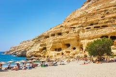 Panorama de la playa de Matala Cuevas en las rocas Foto de archivo libre de regalías