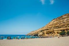 Panorama de la playa de Matala Cuevas en las rocas Imagen de archivo libre de regalías