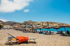Panorama de la playa de Matala Cuevas en las rocas Fotos de archivo