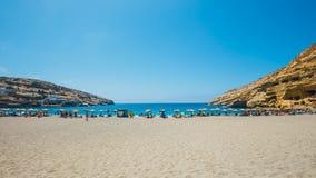 Panorama de la playa de Matala Las cuevas en las rocas fueron utilizadas como cementerio romano y en la década Fotos de archivo libres de regalías