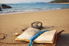 Panorama de la playa tropical con el reloj de sol y el cuaderno viejos del vintage Fotos de archivo