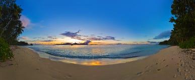 Panorama de la playa tropical en la puesta del sol Fotografía de archivo