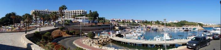 Panorama de la playa y del puerto de Foto de archivo libre de regalías