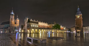Panorama de la plaza del mercado principal en la noche, Polonia, Kraków Fotografía de archivo libre de regalías