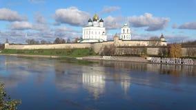 Panorama de la Pskov el Kremlin, día soleado de octubre Pskov, Rusia metrajes