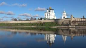 Panorama de la Pskov el Kremlin, día soleado de octubre Pskov, Rusia almacen de metraje de vídeo