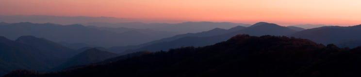 Panorama de la puesta del sol de la montaña Imágenes de archivo libres de regalías