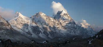 Panorama de la puesta del sol de la montaña, Himalaya, Nepal Fotos de archivo