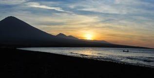 Panorama de la puesta del sol detrás de las montañas de la costa occidental de Bali Imagenes de archivo